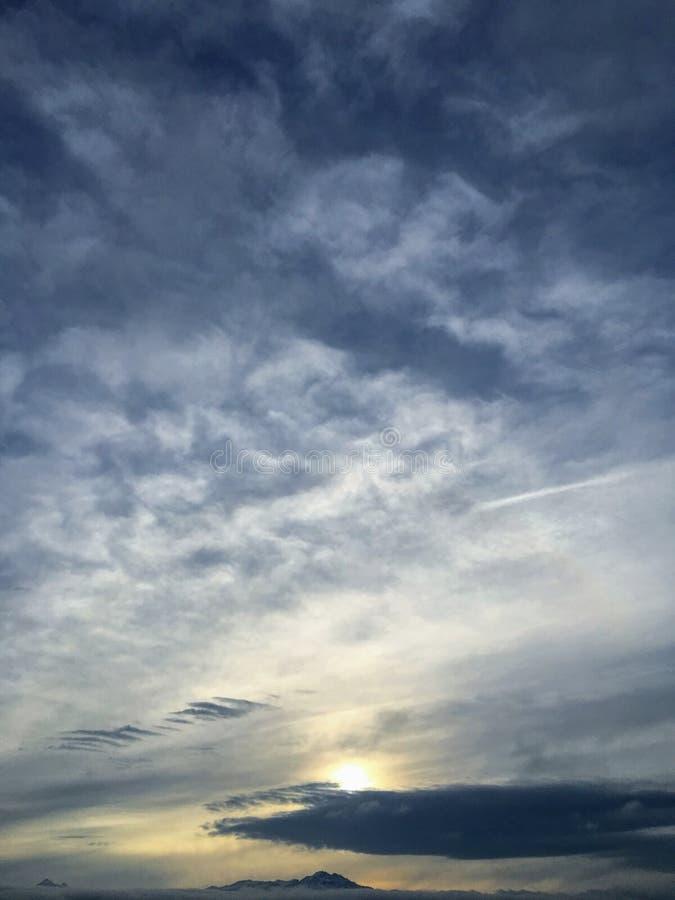 Beskåda f-soluppgång och spetsarna av den Wasatch bergskedjan som ser östlig i Salt Lake City Utah längs Wasatchen Front Rocky Mo arkivfoton