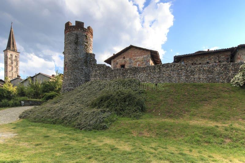 Beskåda formen förutom den medeltida byn av Ricetto di Candelo i Piedmont som används som en fristad i tider av attack under Mien royaltyfri foto