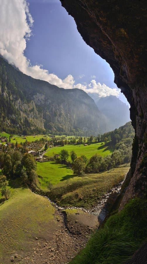 Beskåda från inre av den Lauterbrunnen vattenfallet på schweiziska fjällängar royaltyfri fotografi