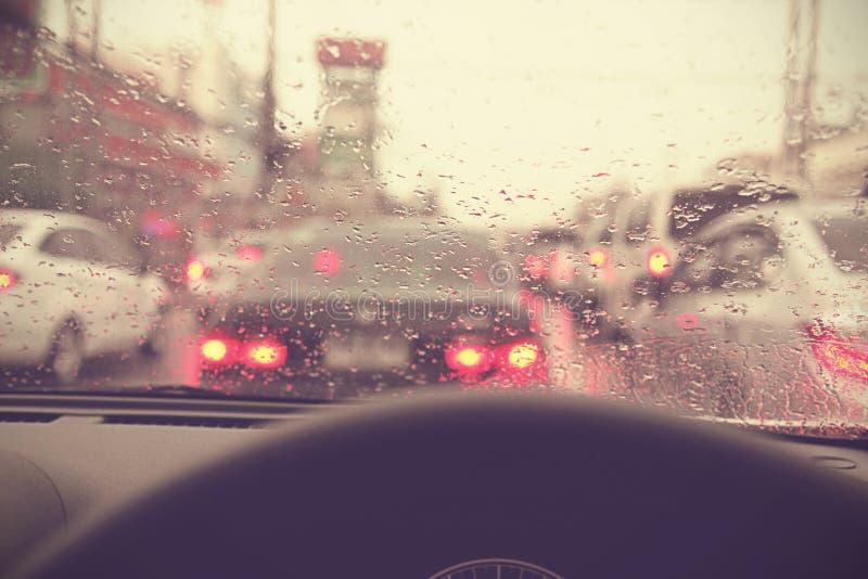 Beskåda från inre, köra på ett regnigt i en stad arkivfoto
