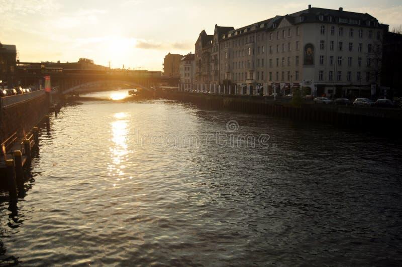 Beskåda landskapet och cityscape med den Weidendammer bro- och festfloden royaltyfri fotografi