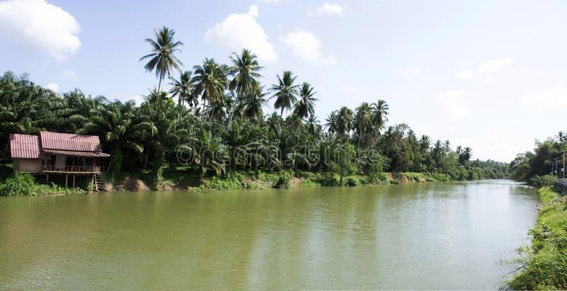 Beskåda landskapet och vinka flödande vatten av den Sawi floden på det Sawi området i Chumphon, Thailand arkivbild