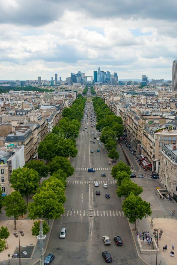 Beskåda in mot Grande Arche de la Försvar Paris Aveny de la Tusen dollar royaltyfri foto