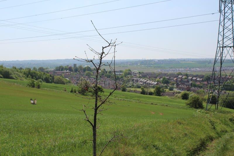 Beskåda ner på den Treeton byn uppifrån av kullen som ser över jordbruksmark arkivbilder