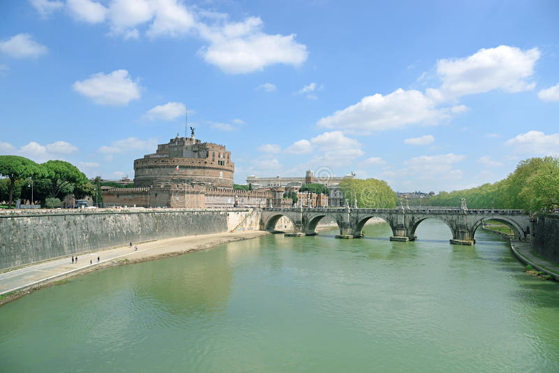 Beskåda på berömdt Sanktt ängelslott och överbrygga över den Tiber floden i Rome, Italien royaltyfri bild