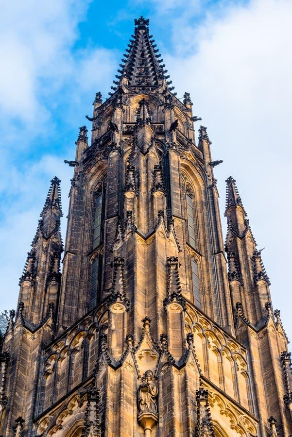 Beskåda på gotisk del av domkyrkan för St. Vitus i det Prague slottet och djupblå sky över arkivbilder