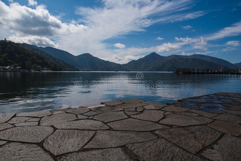 Beskåda sjön Chuzenji i höst, i Oku-nikko, Japan arkivbilder