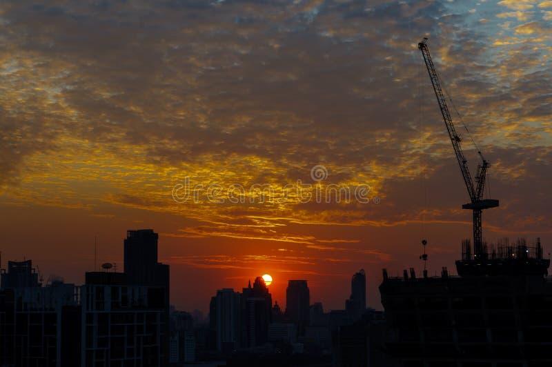 Beskåda soluppgångskugga av cityscape i aftonen royaltyfri foto