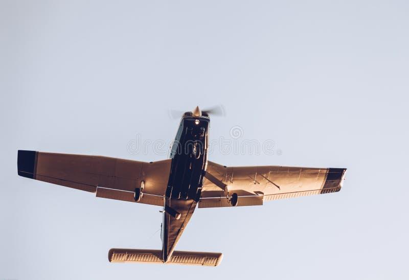 Beskåda underifrån av närbilden av flyget som landar den lilla nivån på solen fotografering för bildbyråer
