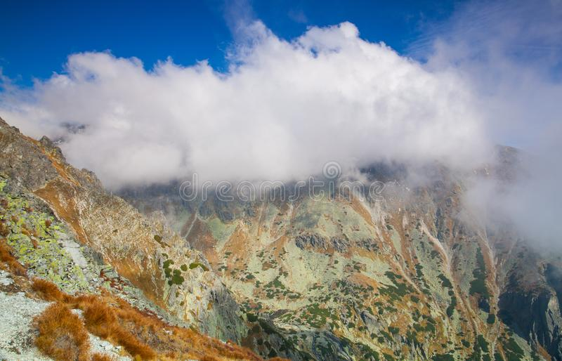 Beskåda uppifrån av berget i den höga Tatrasen, Slovakien royaltyfri foto