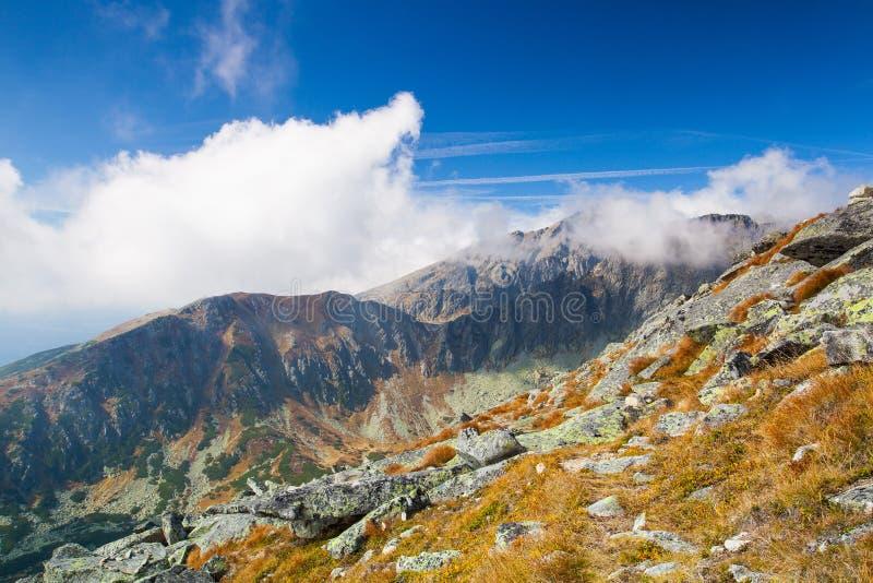 Beskåda uppifrån av berget i den höga Tatrasen, Slovakien royaltyfria bilder