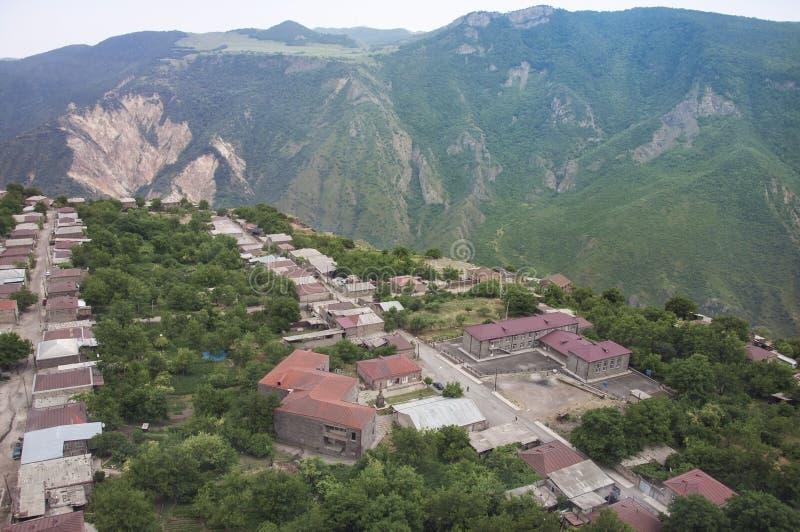 Beskåda uppifrån av byn av Alidzor och berglandskapet Scenisk sikt från vingarna för kabelbil av Tatev, Armenien arkivbild