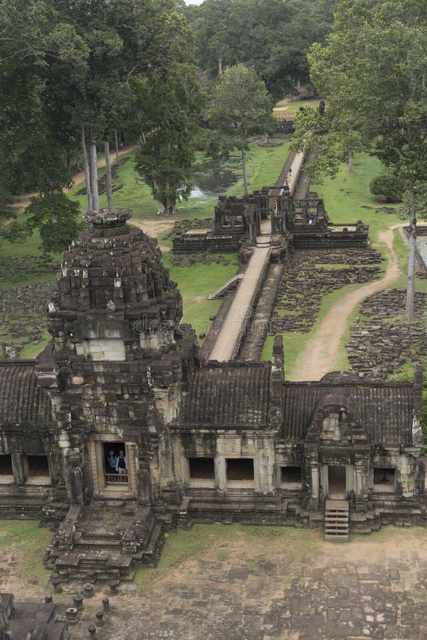 Beskåda uppifrån av den Baphuon templet i Angkor fotografering för bildbyråer