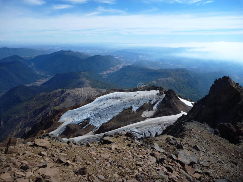 Beskåda uppifrån av toppiga bergskedjan nevadokant i chile arkivfoton