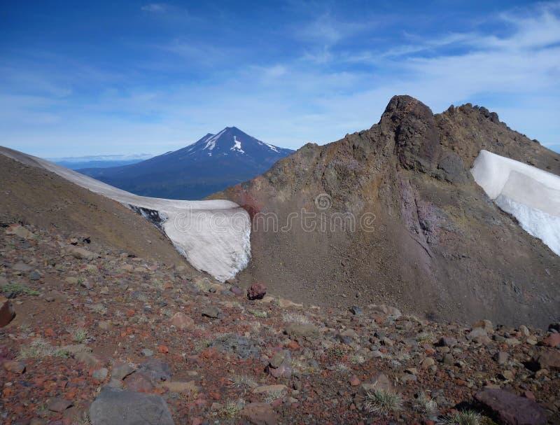 Beskåda uppifrån av toppiga bergskedjan nevadokant i chile arkivbild