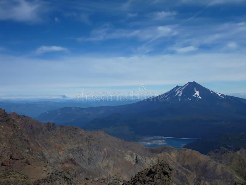 Beskåda uppifrån av toppiga bergskedjan nevadokant i chile royaltyfria foton