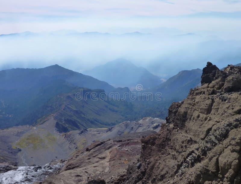 Beskåda uppifrån av toppiga bergskedjan nevadokant i chile royaltyfria bilder
