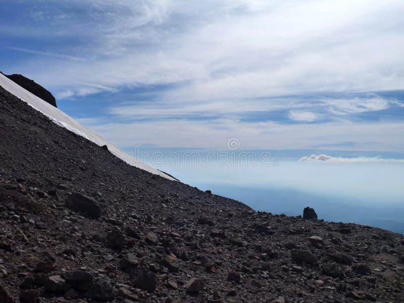 Beskåda uppifrån av toppiga bergskedjan nevadokant i chile royaltyfri foto