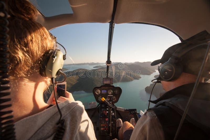 Beskåda ut cockpiten av en helikopter över pingstdagöarna arkivbild