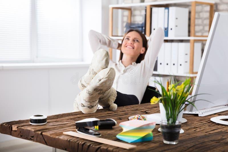 Beskådad affärskvinna Sitting In Office arkivfoton