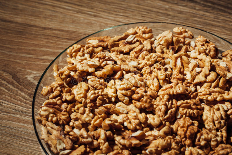 Besköt valnötter på en platta royaltyfri foto