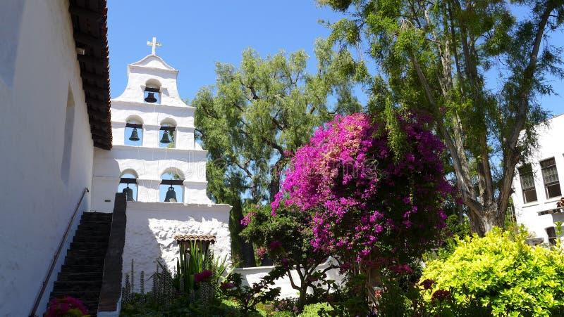 Beskickning San Diego de Alcala Bells & trädgård arkivfoto