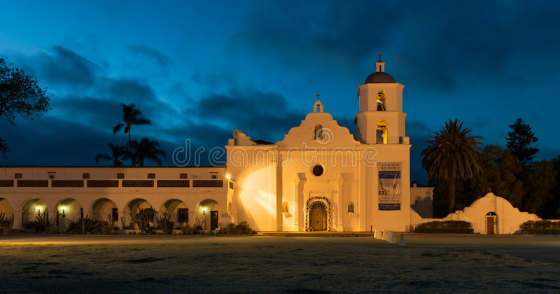Beskickning San Luis Rey på natten arkivfoton