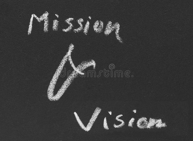 Beskickning & vision som är skriftliga i svart tavla fotografering för bildbyråer