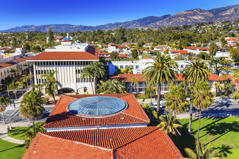 Beskickningen för byggnader för domstolsbyggnadapelsintak inhyser Santa Barbara arkivbild