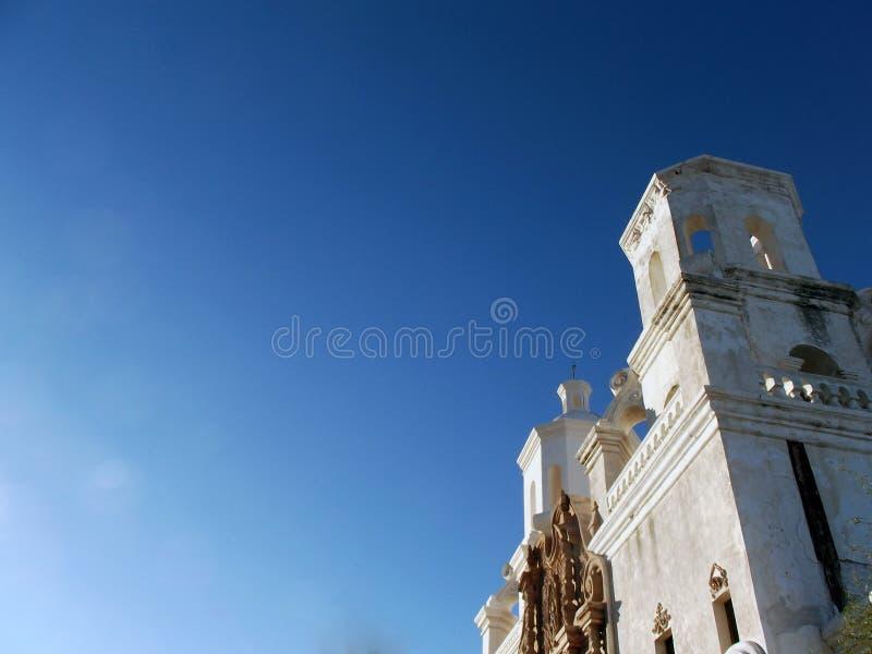 BeskickningKlocka torn mot blå himmel arkivfoton