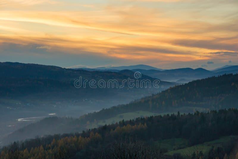 Beskids solnedgång arkivfoton