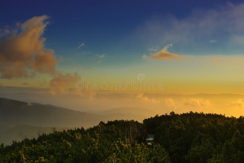 Beskids soluppgång fotografering för bildbyråer