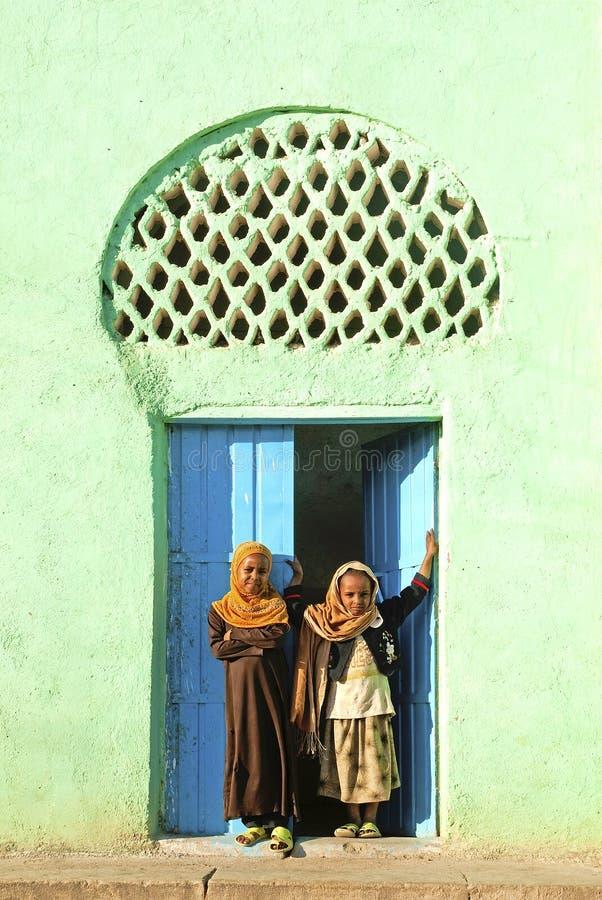 Beslöjade flickor vid moskén i harar ethiopia royaltyfria bilder