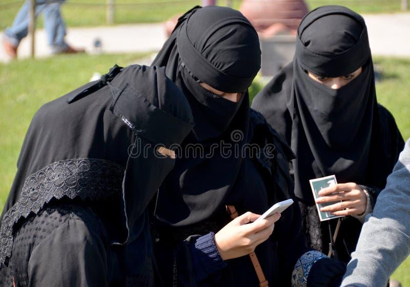 Beslöjade kvinnor för muselman royaltyfri fotografi