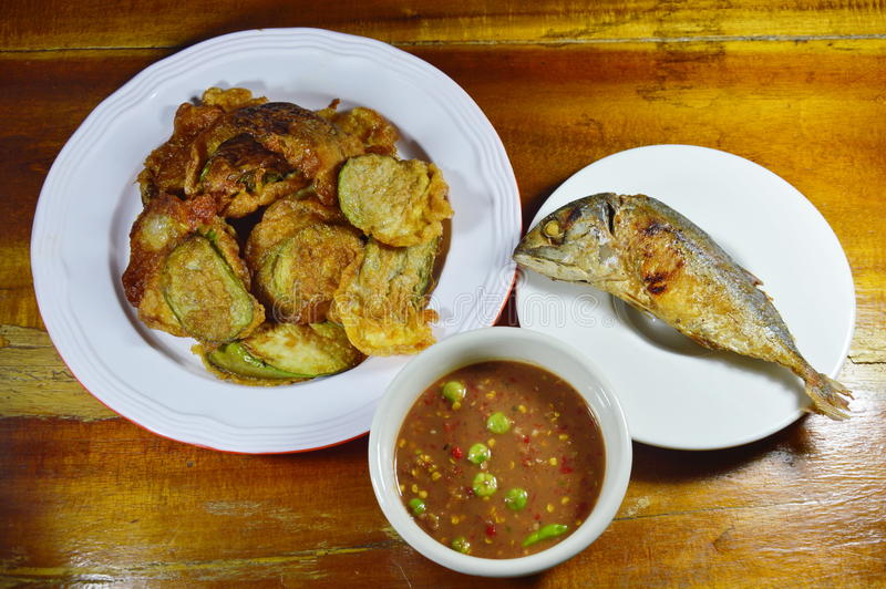 Beslag gebraden aubergine in ei en makreel met de kruidige saus van het garnalendeeg royalty-vrije stock afbeeldingen