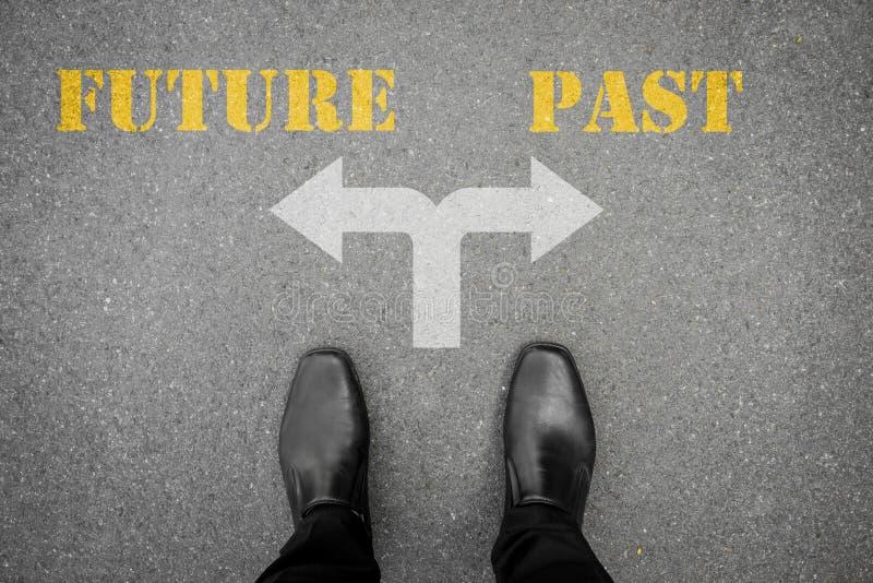 Besluit om bij de dwars toekomstig of afgelopen weg te maken - royalty-vrije stock afbeelding