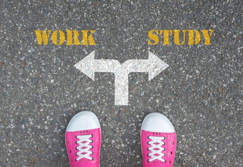 Beslut som ska göras på tvärgatan - arbete eller studie fotografering för bildbyråer