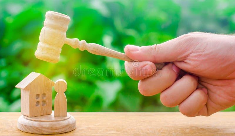 Beslutet av öden av svarandet och egenskapen Skydd av rätter och beslaget av egenskapen som domareauktionsklubban svävade royaltyfri bild