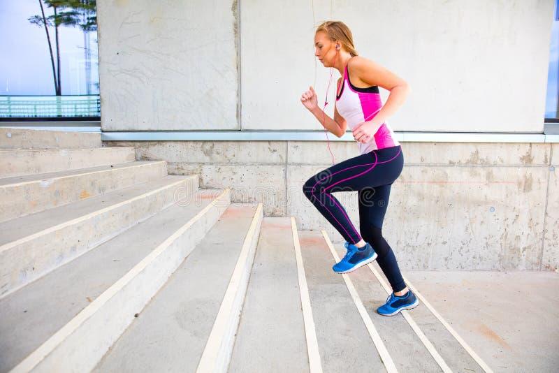 Beslutsam spring för ung kvinna, genom att bygga royaltyfri foto