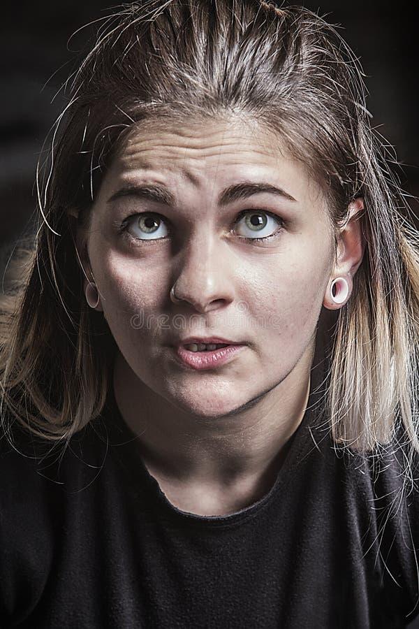 Beslutsamt ansiktsuttryck av den unga kvinnan som powerlifting i Connecticut arkivfoton