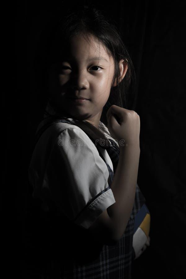 Beslutsamt asiatiskt barn som är klart för konkurrens arkivbild