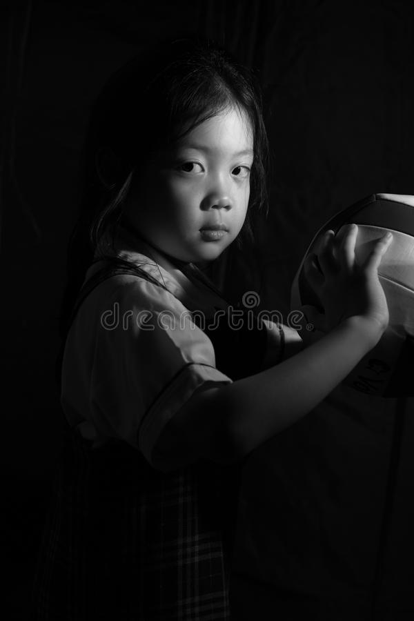 Beslutsamt asiatiskt barn som är klart för konkurrens i svartvitt royaltyfria bilder