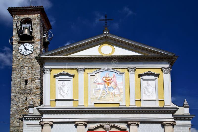 besnate abstrakte Italien-Wand und sonniger Tag der Kirchenglocke stockbild
