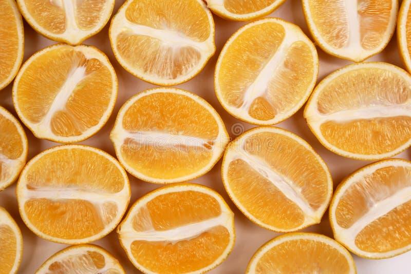 Besnoeiing in halve citroenen op witte achtergrond royalty-vrije stock foto's
