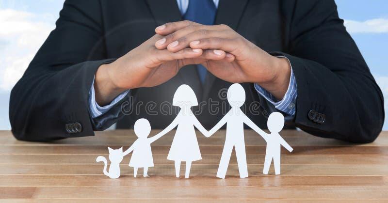Besnoeiing outs van familie onder beschermende handen stock foto's