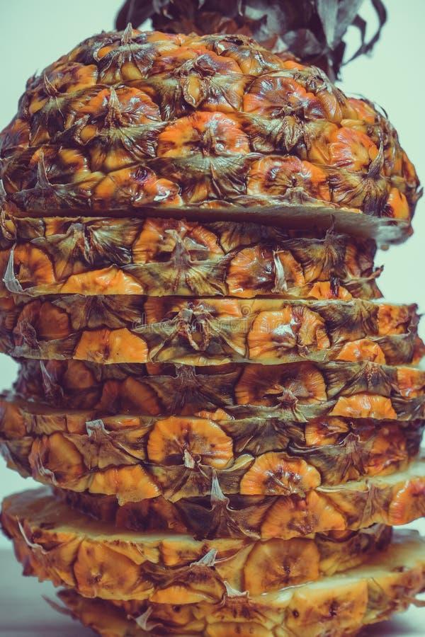 Besnoeiing in stukken rijpe ananas op een blauwe houten lijst royalty-vrije stock foto's