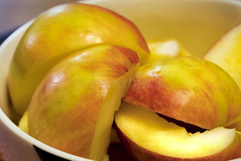 Besnoeiing in stukken verse appelen in een kom stock foto