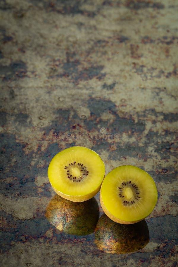 Besnoeiing van gouden kiwifruit, plaats voor tekst stock fotografie