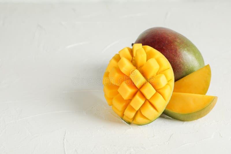 Besnoeiings rijpe mango's en ruimte voor tekst op witte achtergrond royalty-vrije stock foto