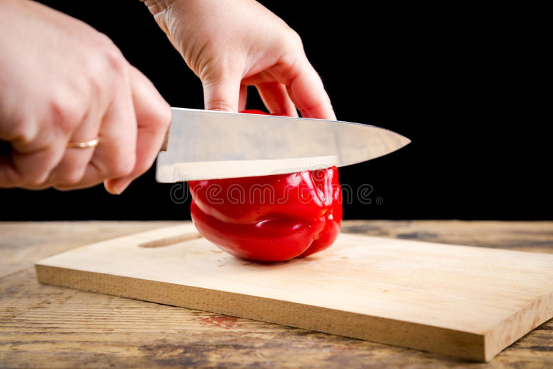 Besnoeiings rode paprika op houten scherpe raad stock foto's